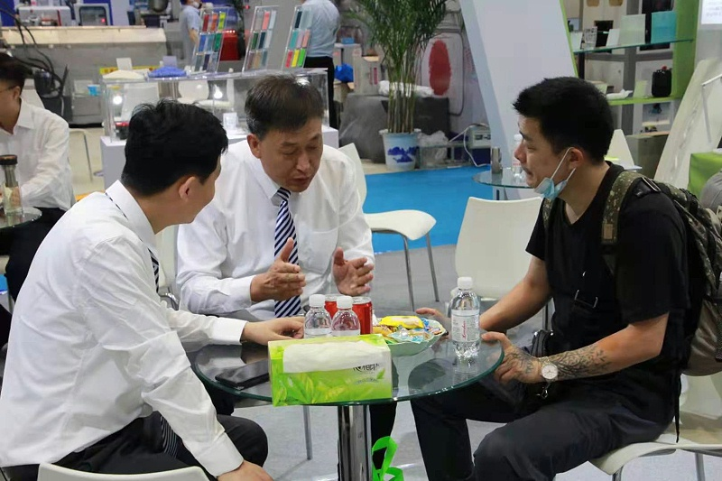 第23届青岛(国际)塑料产业展览会现场,中新华美接待朋友们咨询