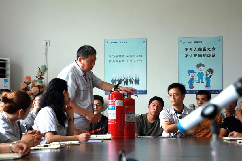 张炳训先生讲解干粉灭火器和泡沫灭火器的使用方法和注意事项