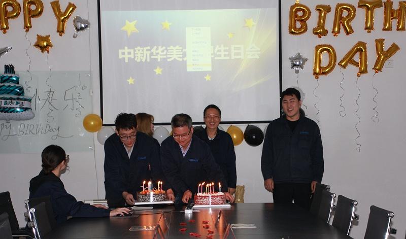 同事为寿星送上生日蛋糕--青岛中新华美塑料有限公司