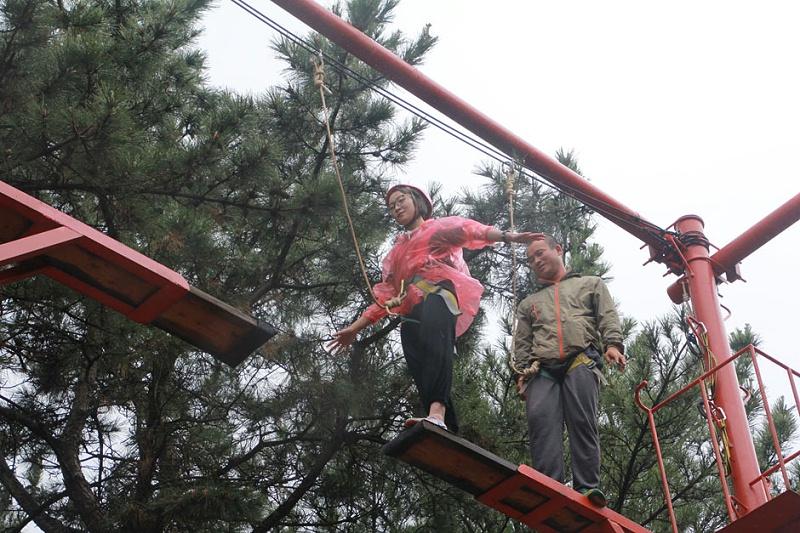 热烈祝贺青岛中新华美塑料有限公司2019年度户外拓展训练圆满成功--高空断桥