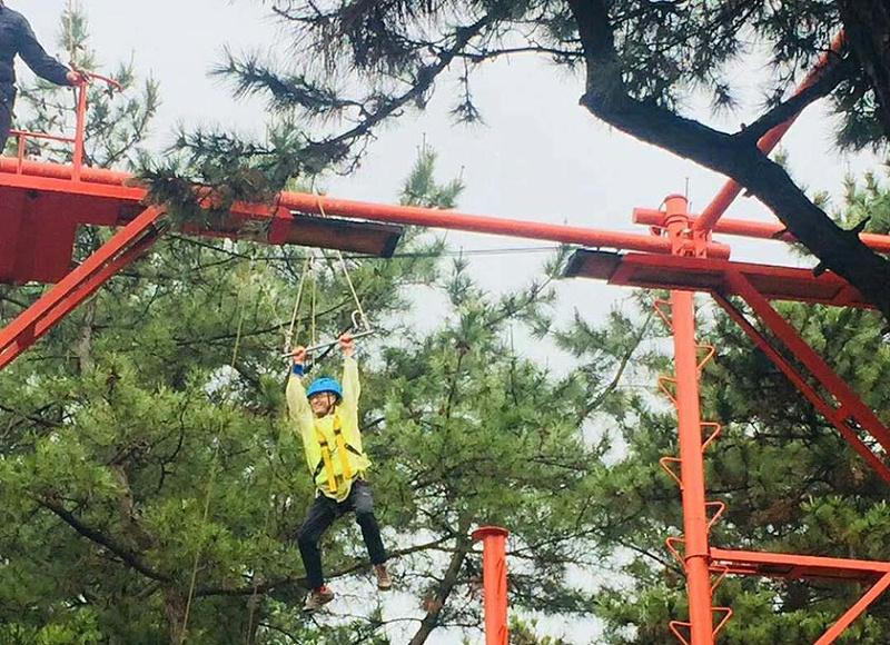 热烈祝贺青岛中新华美塑料有限公司2019年度户外拓展训练圆满成功--高空抓杆