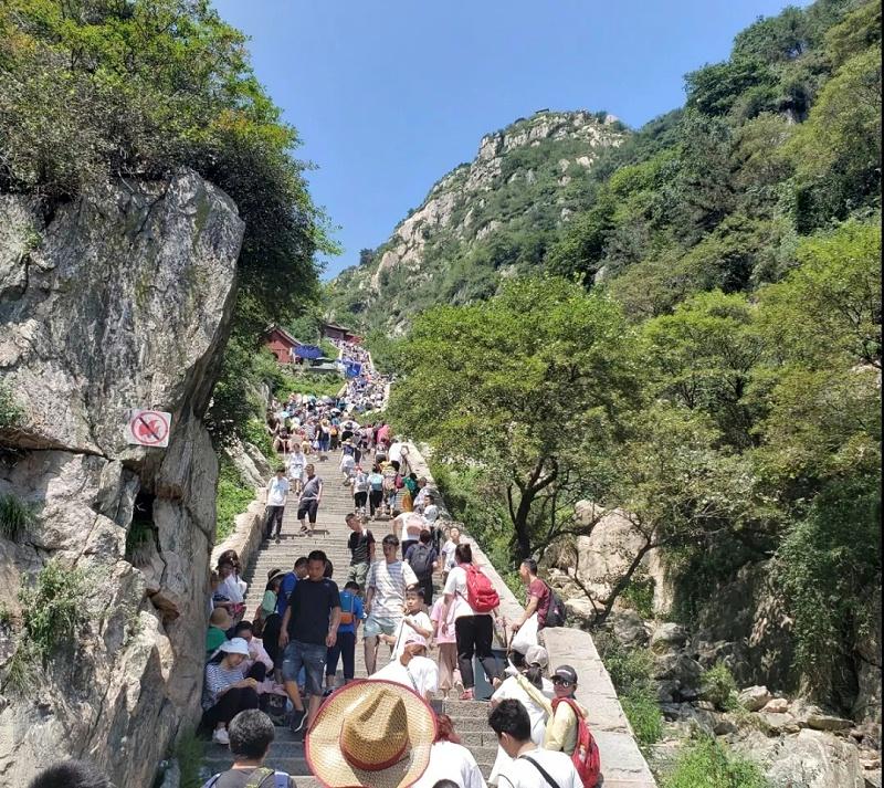 中新华美同事攀登泰山的身影