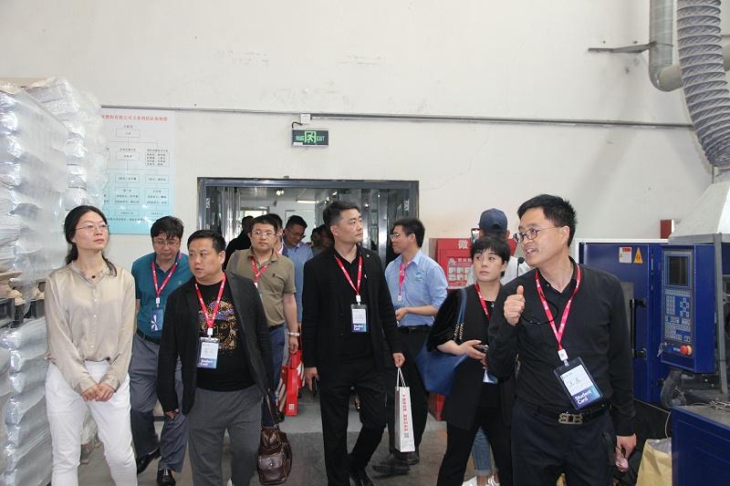 王东总经理带企业家们参观改性塑料的生产流水线