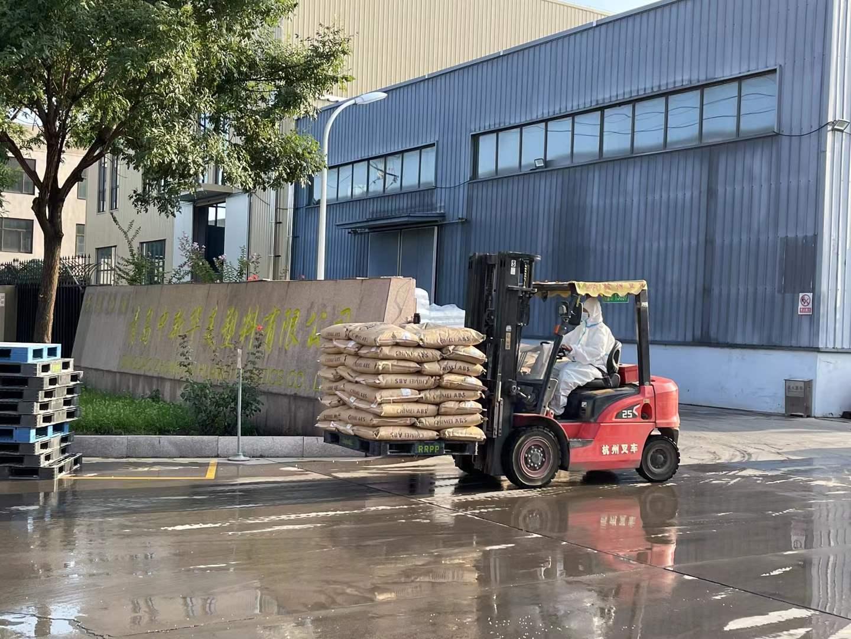 青岛中新华美进口塑料原材料卸载
